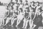 男女が一緒に頑張った水泳大会(昭和27年)